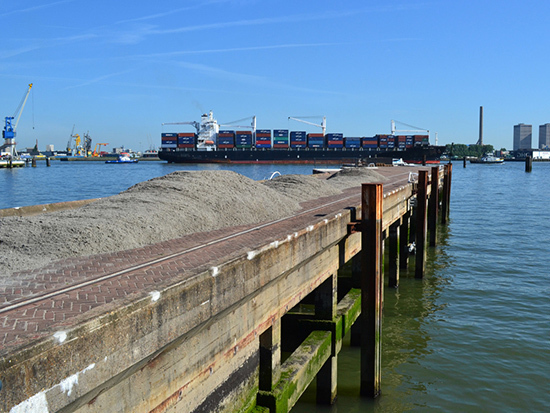 Sponsored sand dropped by Van Es Zand & Gravel BV on Pier 2602. photo by: own archive